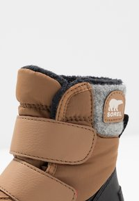 Sorel - CHILDRENS WHITNEY STRAP - Snowboot/Winterstiefel - camel - 2