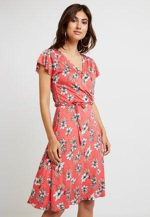 VAGNA - Sukienka z dżerseju - coral red
