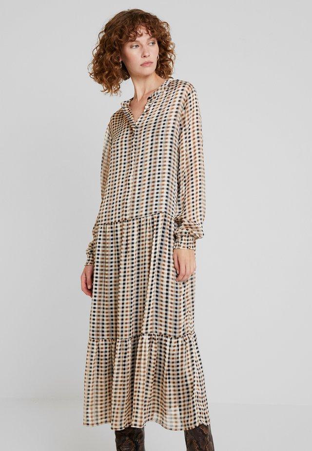 Długa sukienka - camel combi