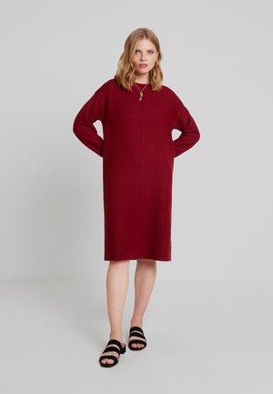 NIAKA - Gebreide jurk - cabernet