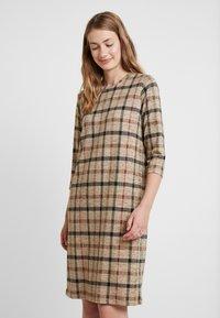 Soyaconcept - BIARA - Pletené šaty - camel melange combi - 0