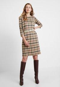Soyaconcept - BIARA - Pletené šaty - camel melange combi - 2