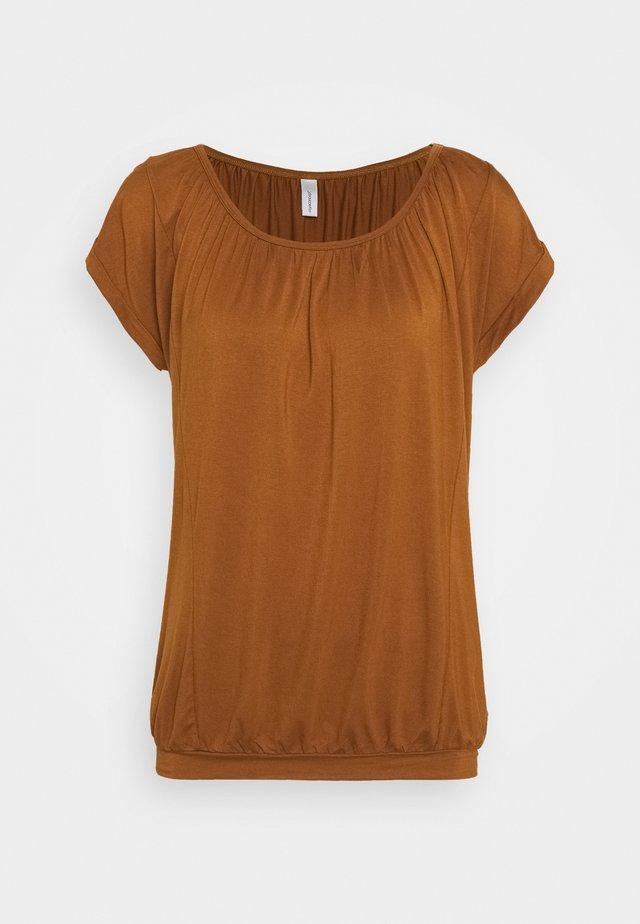 SC-MARICA 4 - T-shirts med print - dark caramel