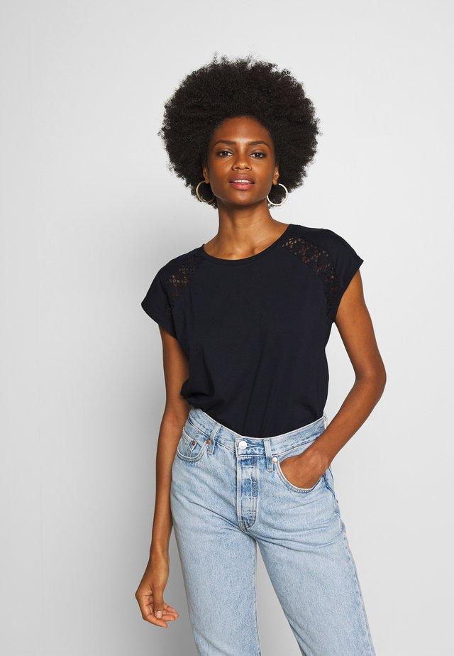 PYLLE - T-shirt med print - navy