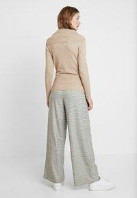 Soyaconcept - DOLLIE - Stickad tröja - camel melange - 2