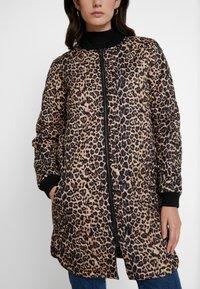 Soyaconcept - FENYA - Krátký kabát - black combi - 5