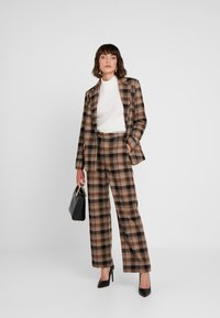 Soaked in Luxury - INDIE CHECK PANTS - Pantalones - eucalyptus check pattern - 1