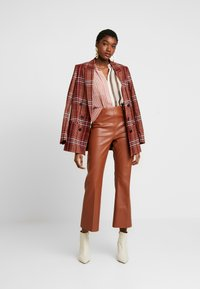 Soaked in Luxury - KICKFLARE - Pantalones - mocha bisque - 2