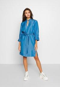 Soaked in Luxury - SLDARIANA TUNIC DRESS - Hverdagskjoler - medium blue - 0