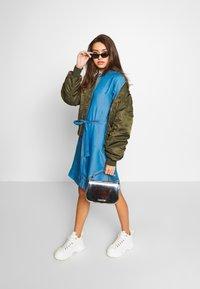 Soaked in Luxury - SLDARIANA TUNIC DRESS - Hverdagskjoler - medium blue - 1