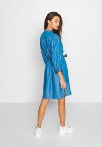 Soaked in Luxury - SLDARIANA TUNIC DRESS - Hverdagskjoler - medium blue - 2