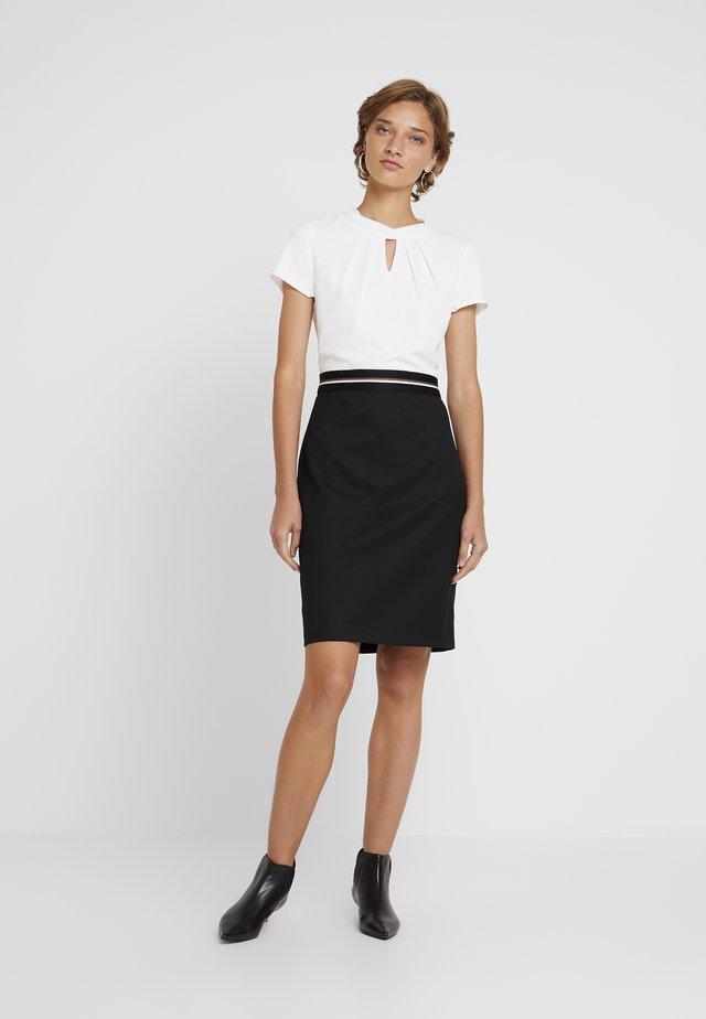 Pouzdrové šaty - forever black