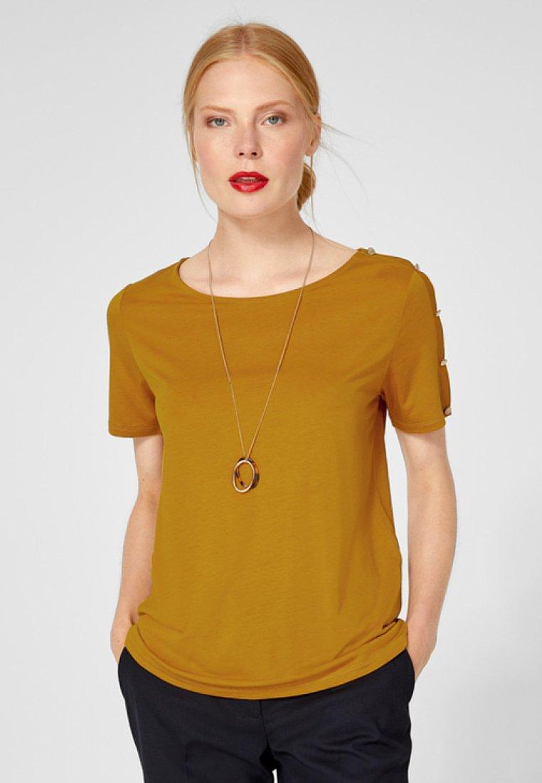 s.Oliver BLACK LABEL - MIT ZIERKNOPFLEISTE - T-Shirt print - dark yellow