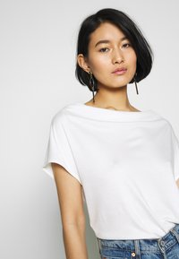 s.Oliver BLACK LABEL - T-SHIRT - T-shirt basique - soft white - 3