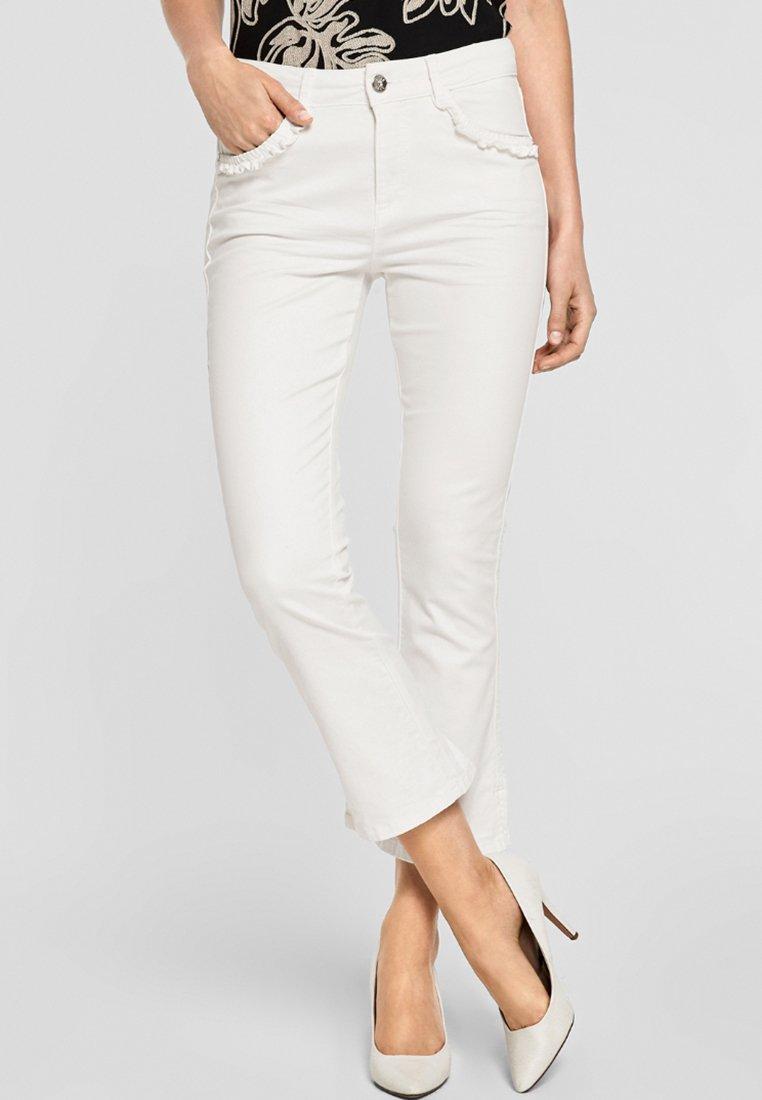 s.Oliver BLACK LABEL - MIT RÜSCHENDETAIL - Bootcut jeans - light white