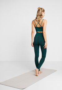 South Beach - SNAKE SEAMLESS HIGH WAIST LEGGING - Collants - green - 2
