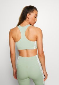 South Beach - SEAMLESS SMOKEY CROPCUT SEW - Sport BH - green/white - 2