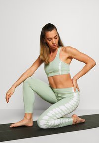 South Beach - SEAMLESS SMOKEY CROPCUT SEW - Sport BH - green/white - 1