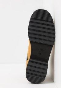 Society - PEARY LOGO HIKER - Šněrovací kotníkové boty - wheat - 4