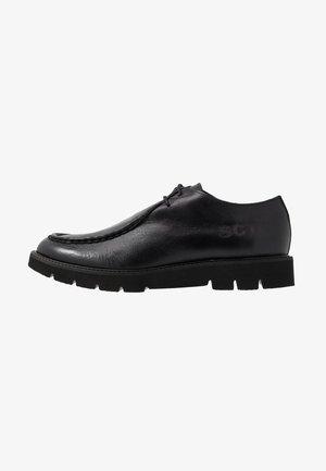 BARLOW APRON DERBY - Šněrovací boty - black waxy