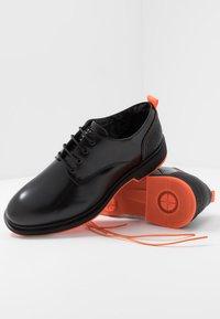 Society - CHARLIE 4 EYE DERBY - Šněrovací boty - black polido - 5
