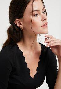 Soko - KUMI MINI HOOP STUDS - Earrings - gold-coloured - 1