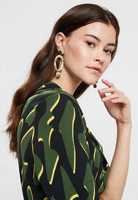 Soko - MARLO STATEMENT EARRINGS - Pendientes - gold-coloured