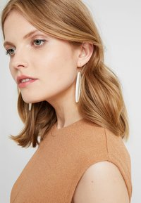Soko - PANRA DANGLE EARRING - Boucles d'oreilles - white - 1
