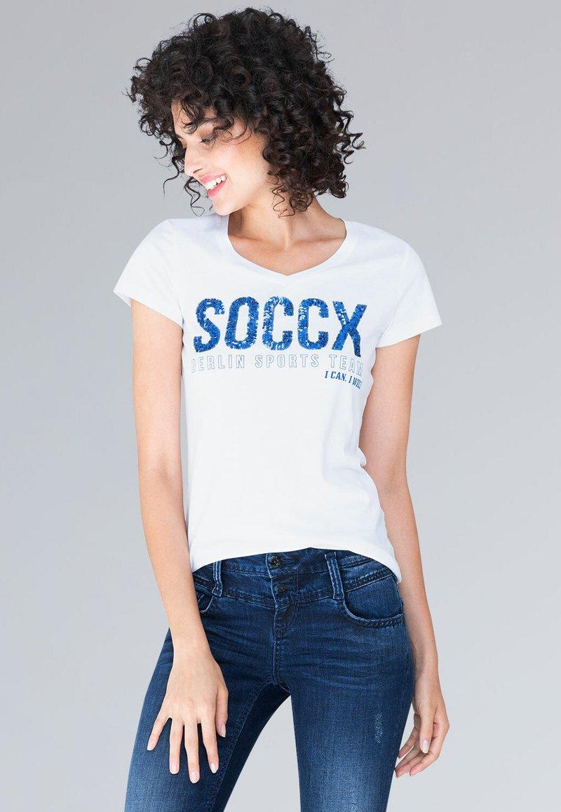 Soccx - MIT V-NECK UND PAILLETTEN-LOGO - Print T-shirt - optic white