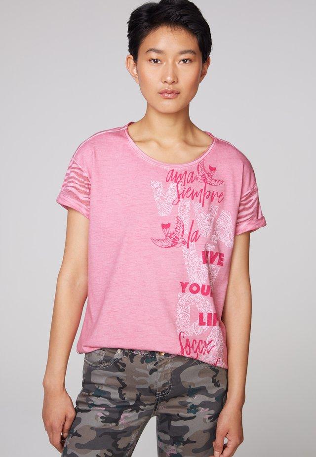 MIT ARTWORK UND AUSBRENNER-MUSTER - Print T-shirt - sugar rose