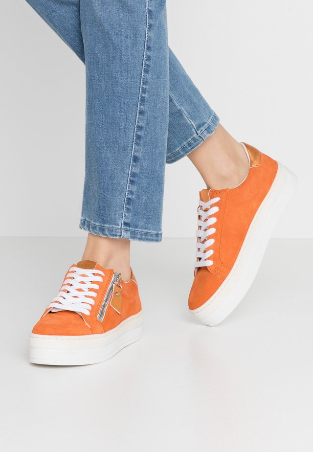 POMME - Baskets basses - orange
