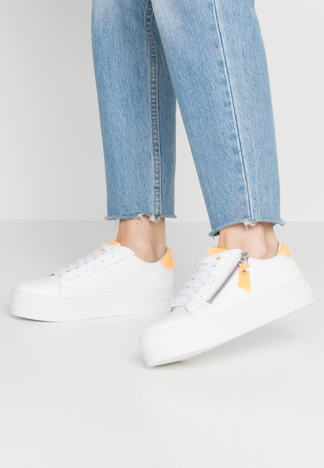 POMME - Sneaker low - white/orange