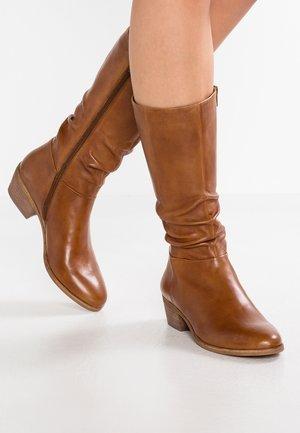 WRINKLESAM - Boots - cognac
