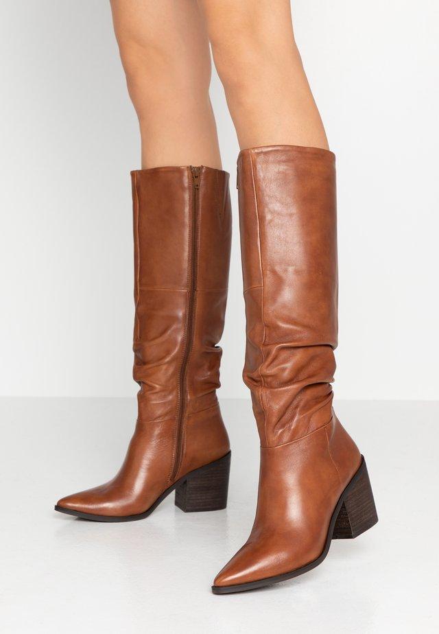 STINEDER - Høje støvler/ Støvler - cognac