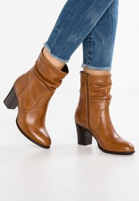 Steven New York by SPM - CARJOSE - Bottines - cognac - 0