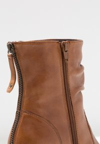 Steven New York by SPM - CARJOSE - Bottines - cognac - 2