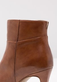 Steven New York by SPM - NOLI - High heeled ankle boots - cognac - 2