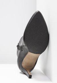 Steven New York by SPM - NOLI - Højhælede støvletter - black - 6