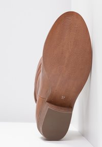 Steven New York by SPM - SHRAMMIE - Classic ankle boots - cognac - 6