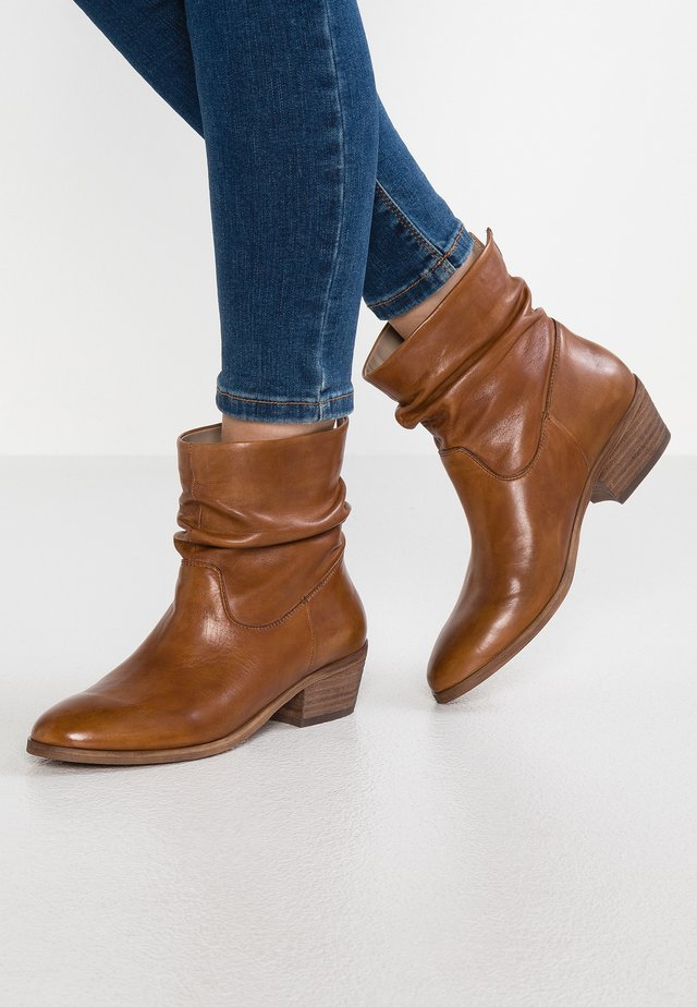 SHRAMMIE - Bottines - cognac
