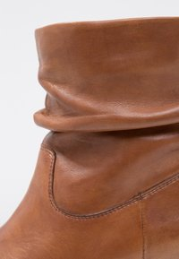 Steven New York by SPM - SHRAMMIE - Classic ankle boots - cognac - 2