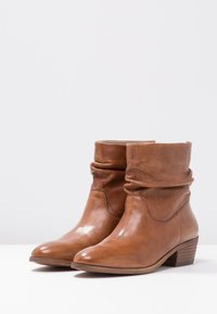 Steven New York by SPM - SHRAMMIE - Classic ankle boots - cognac - 4