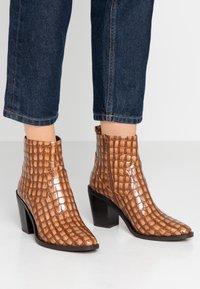 SPM - LOCK - Ankle boot - cognac - 0