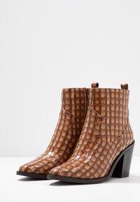 SPM - LOCK - Ankle boot - cognac - 4