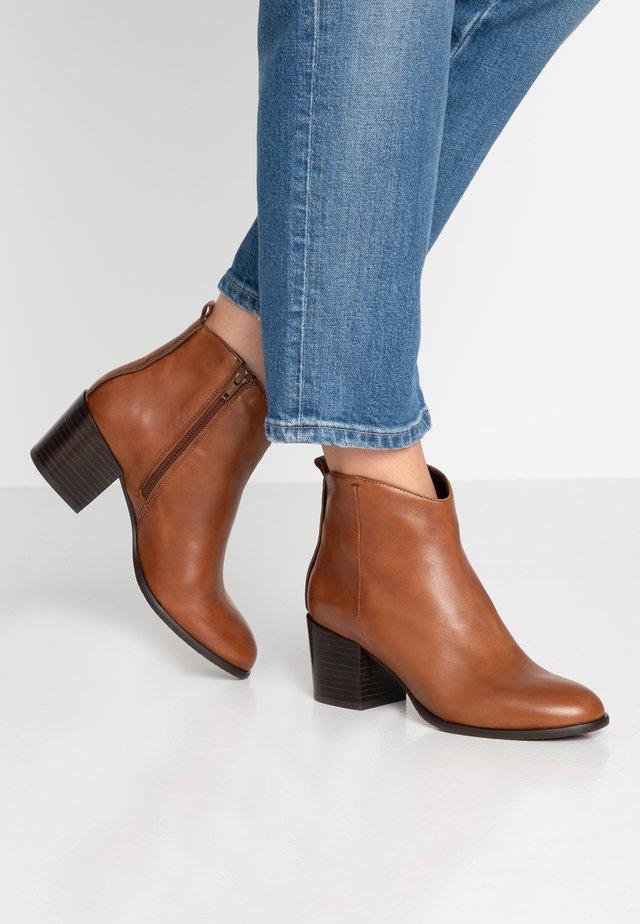LINDEN - Classic ankle boots - cognac