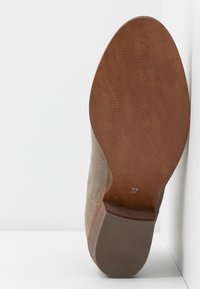 Steven New York by SPM - MAIROO - Botines bajos - taupe - 6
