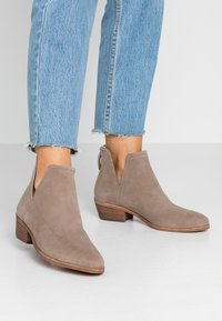Steven New York by SPM - MAIROO - Botines bajos - taupe - 0