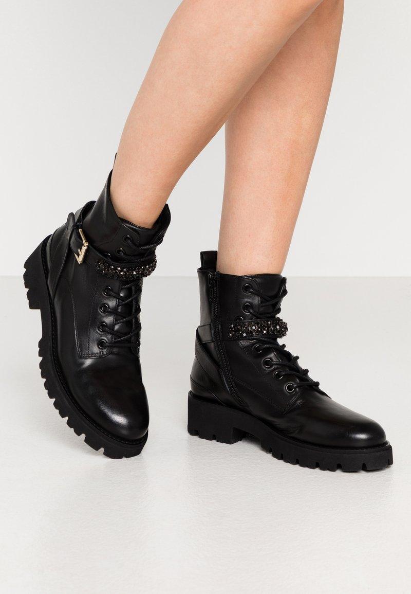 Steven New York - XIAMARA - Kovbojské/motorkářské boty - black