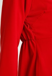 Spring Maternity - ERICA PLEATED V NECK DRES - Denní šaty - red - 7