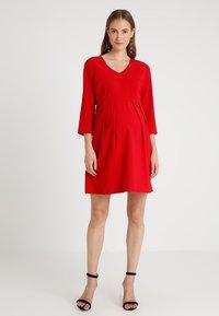Spring Maternity - ERICA PLEATED V NECK DRES - Denní šaty - red - 1